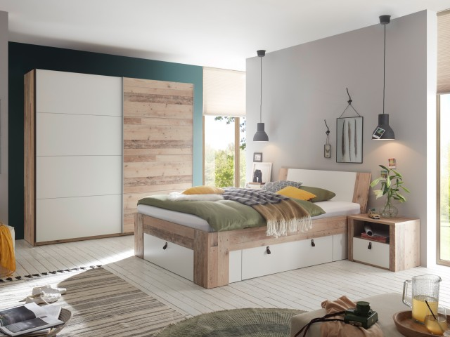 <p>Schlafzimmer in Old Style Nachbildung kombiniert mit Wei&szlig;.</p>